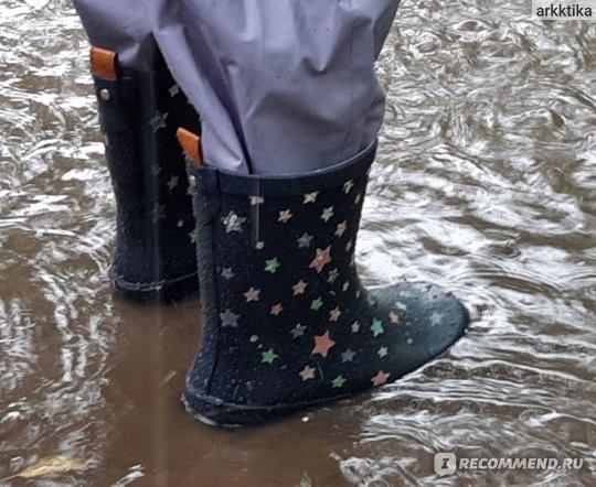 В луже под дождем. Резиновые сапоги Kuling Maui Rubberboots color changing Navy