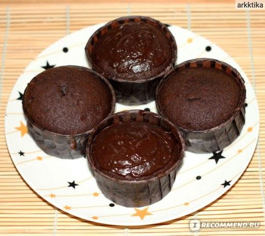 Готовые кексы с шоколадной глазурью и без.