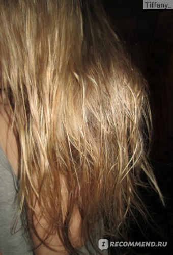 обильно распределила масло по волосам