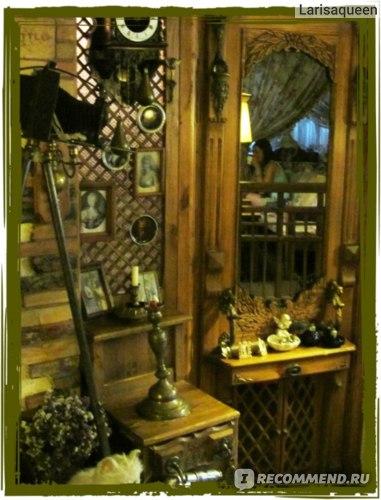 Зеркальная дверь - вход в комнату для гигиены
