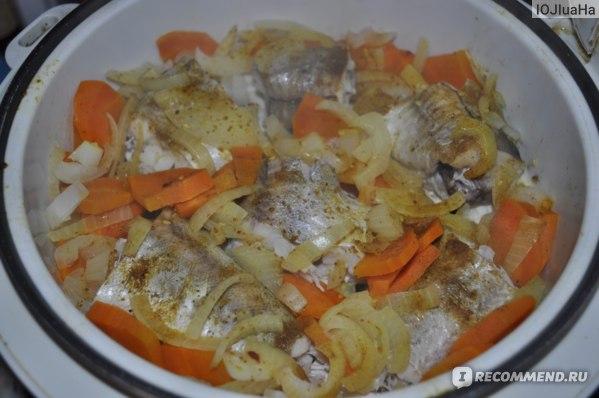 Минтай на пару с луком и морковью.