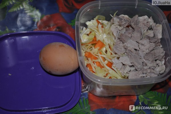 Вареная свинина и салат из моркови и капусты + 1 вареное яйцо.