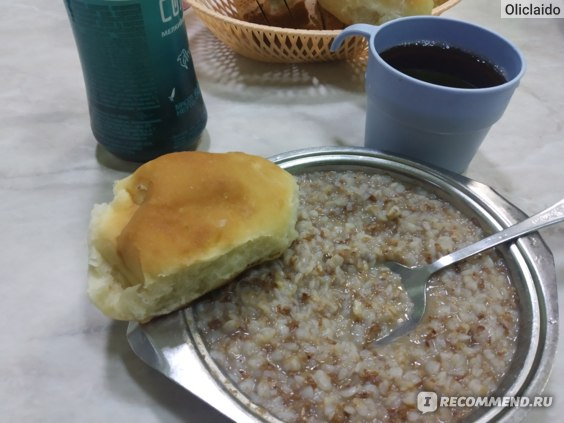 Греча, пирожок с рисом и яйцом и чай.