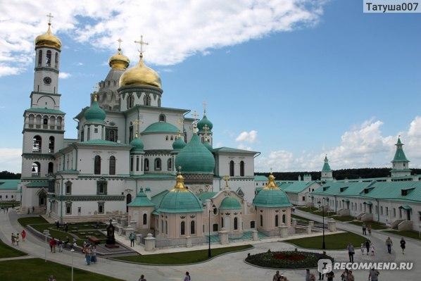 Вид  на Храм со  стен монастыря