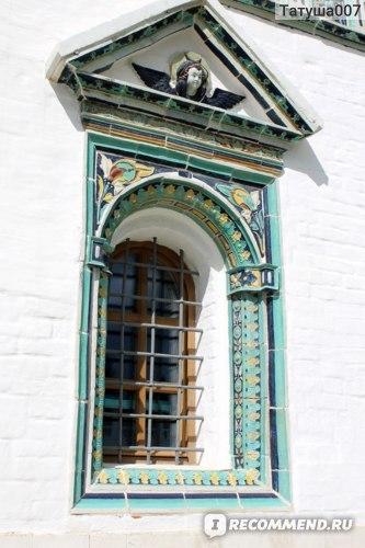 Весь  храм украшен  израсцами