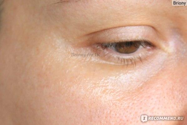 Масло на коже вокруг глаз в 3-4 слоя, сразу после нанесения