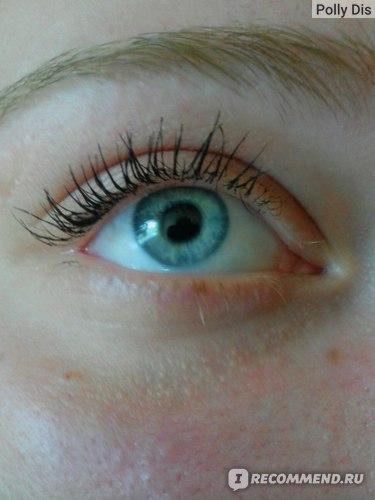 """тушь в один слой на более """"проблемном"""" глазу, где ресницы растут в разные стороны"""