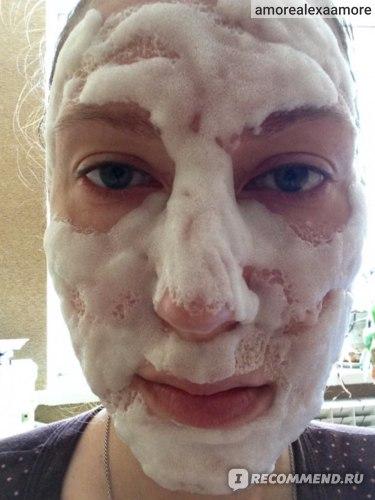 маска на лице, когда она работает
