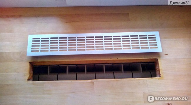 Вентиляционная решетка устанавливается ровно над батареей.