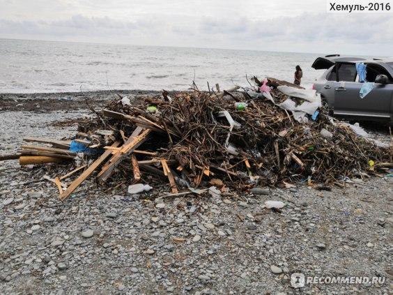 Машина рядом с кучей мусора