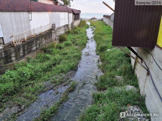 Ручей, впадающий в бухте Инал