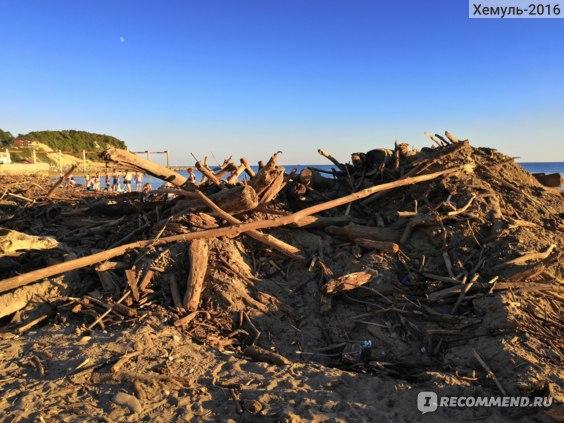 Мусор на пляже в Лермонтово