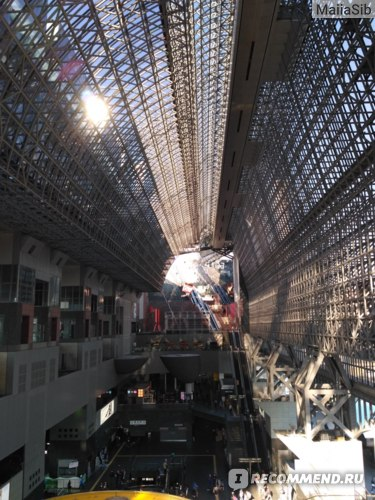Громадный центральный зал с божественной крышей в станции Киото