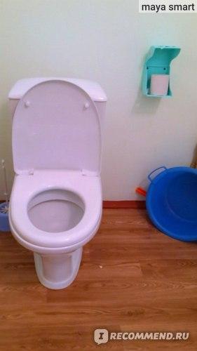 Унитаз, туалетная бумага, тазик, веник и совок