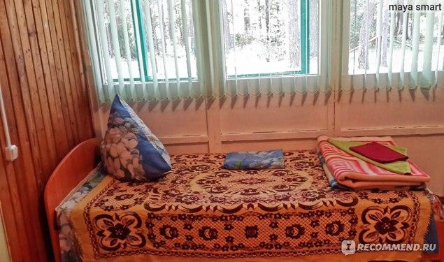 Вторая кровать,жалюзи на окнах
