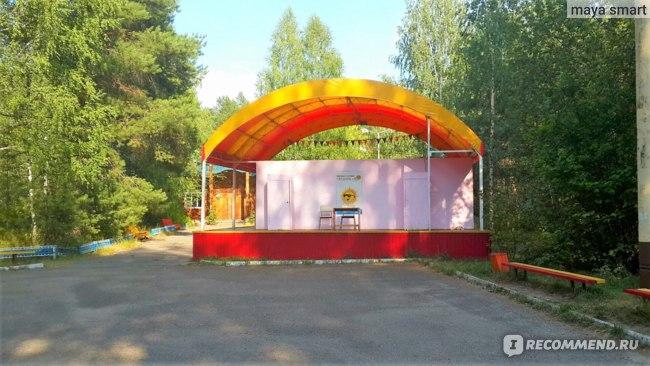 Сцена, где проходят вечерние мероприятия