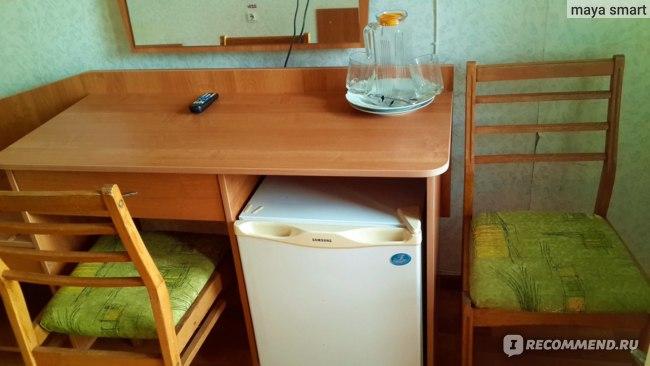 Стол, стулья, зеркало, холодильник