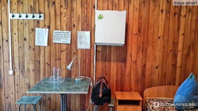 Вешалка, столик, две табуретки, настольная лампа, графин, два стакана, холодильник