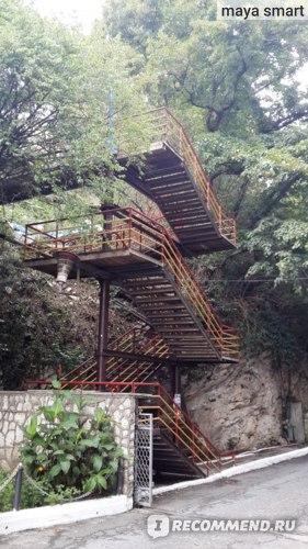 Спустившись вот с этой лестницы вы попадаете на маленький, буквально 2-3 палатки, рынок с фруктами, сувенирами и пляжными принадлежностями.