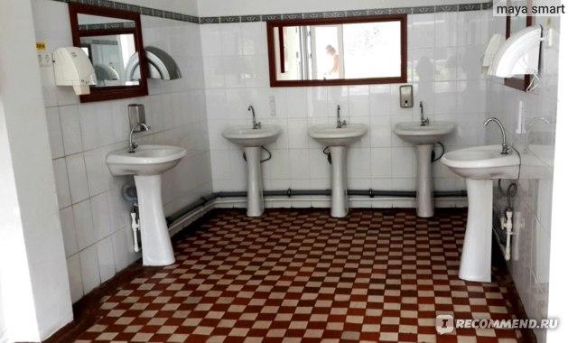 При входе в зал столовой стоят умывальники, можно помыть руки перед обедом