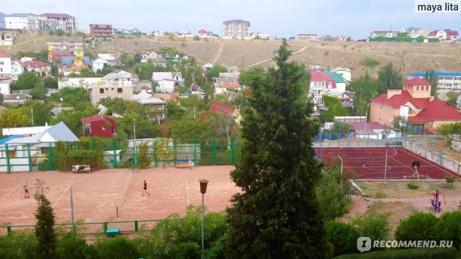 Теннисный корт и спортивная площадка.