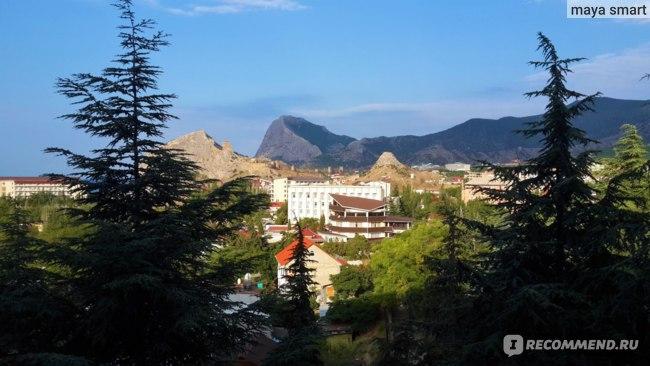 Прекрасный вид на горы и Генуэзскую крепость! Здесь же солнечная сторона пансионата.