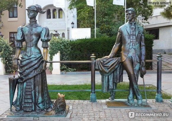 """Скульптурная композиция """"Антон Чехов и дама с собачкой """" (или проще, памятник Даме с собачкой). Очень трудно фотографировать! Буквально каждую секунду кто-нибудь из туристов желает устроить здесь фотосессию."""