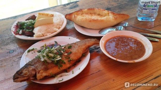 Обед в кафе на озере Рица