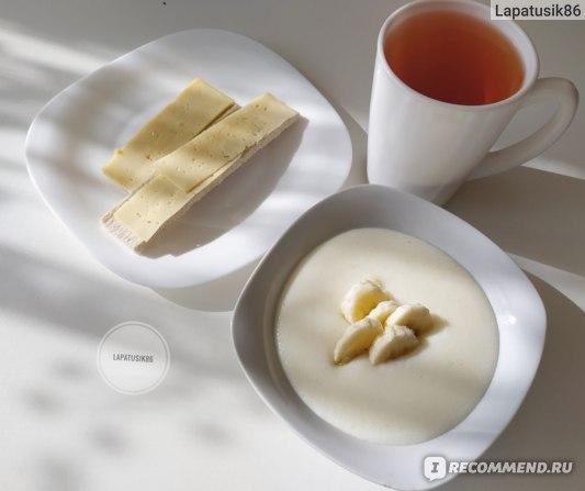 Манная каша на воде с бананом, хлебцы с сыром