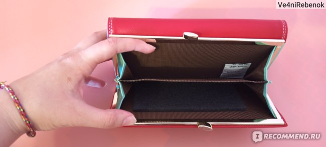 Два отсека на защёлке (задняя сторона кошелька)