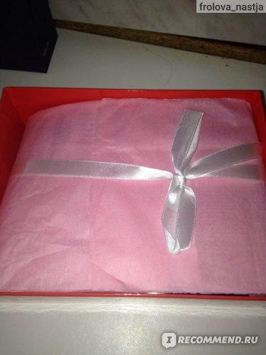 Коробочка красного цвета, внутри шуршащая розовая бумага, перевязанная белой ленточкой)
