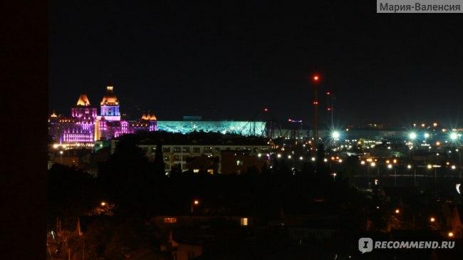 """Вид из отеля Bridge Resort на ночной Олимпийский парк и отель """"Богатырь"""""""