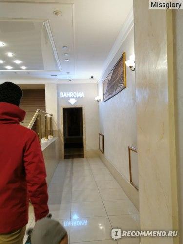Слева по лестнице - вход в Токио Сити, справа - в Бахрому