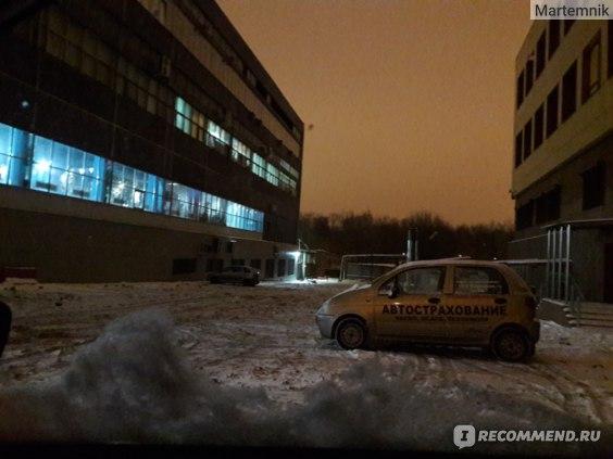 Кто рано встаёт, тому парковка пустая! На фото: светятся окна бассейна (1 этаж) и тренажерного зала (2 этаж).