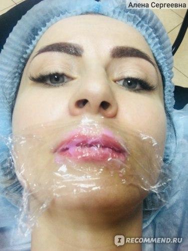 Процесс нанесения перманентного макияжа.
