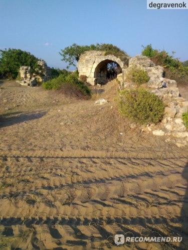 руины около пляжа