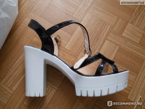 Босоножки Женские Vika с высоким каблуком  фото