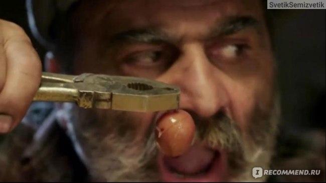 Дядя Мацак поедает абрикос пасатижами:)