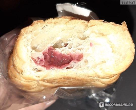 Круассан ВкусВилл / Избёнка с малиной на сливочном масле фото