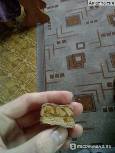 Шоколадный батончик Mars SNICKERS с жареным арахисом, карамелью и нугой со вкусом пломбира, покрытый молочным шоколадом фото