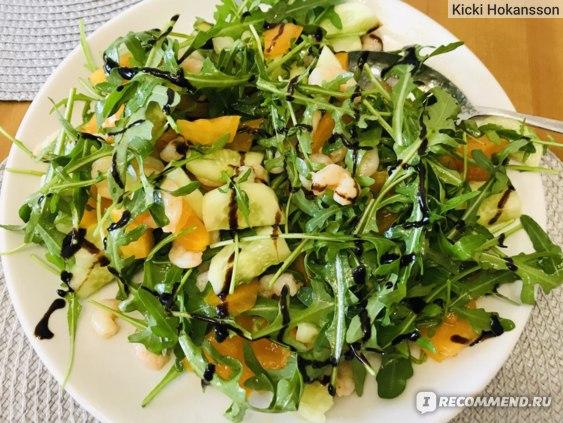Салат с рукколой, креветками, огурцами