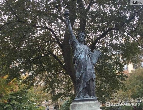 В Париже я насчитала з статуи свободы. Говорят их 4...