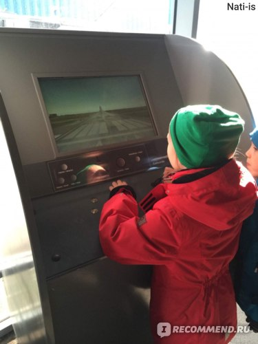 В каждом Ангаре с самолетми стоят интерактивные устройства гле можно рпоуправлять данными видами транспорта.