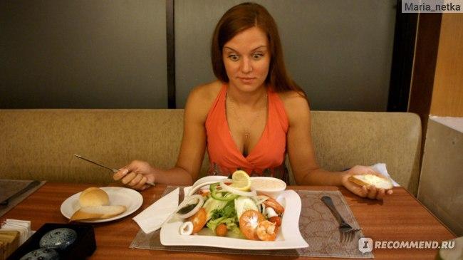 Порция салата в столовой отеля