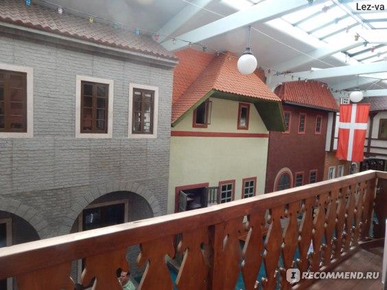 Вид на улицу мира с балкона
