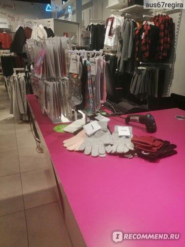 Ну что это за перчатки валяются на кассовой зоне?