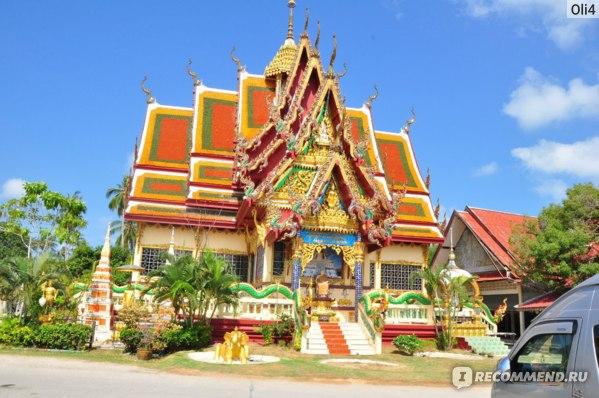 Тайцы очень почтительно относятся к религии, поэтому все храмы у них очень красивые и построены в основном за счет пожертвований